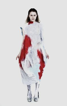 Réalisés entièrement sans coutures, les vêtements d'Anita Hirlekar sont feutrés à la main et mélangent impression et construction textile, en s'inspirant de la peinture de Rothko et de …