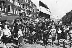 """Na de landing in Normandië in juni 1944, rukten de geallieerden snel op in de richting van Nederland, en werd een groot deel van Zuid-Nederland bevrijd. In september 1944 werd via de """"operatie Market Garden"""" getracht bruggen over de grote rivieren te veroveren; in Arnhem mislukte dit echter. De dinsdag van 5 september staat bekend als Dolle Dinsdag: De Nederlanders, gelovend dat de bevrijding op handen was, begonnen feest te vieren"""