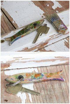Der gute alte Pinselstil hat ein Zweitleben gekriegt. Der Pinsel sowas von durch und hart, aber der kunterbunte Stil quasi vielk zu schad zum weghaun. Was ist des.. ein Fisch. Nix wie auseinander gesägt und dran an den Schlüsselbund.