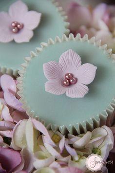 Cupcakes. Petunia cupcakes. www.sweetnessonline.co.uk