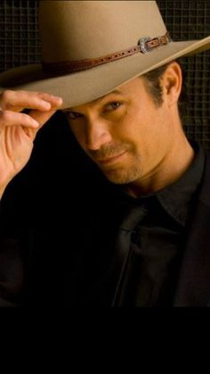 Raylan tips his hat // oh how I love that smirk // justified