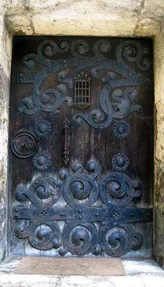 Old Castle door…love through wrought iron scroll work! Old Castle door…love through wrought iron scroll work! Knobs And Knockers, Door Knobs, Door Handles, Cool Doors, Unique Doors, Entrance Doors, Doorway, Castle Doors, Door Gate