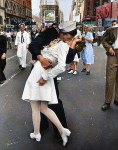"""cosascool: """" Famous Times Square Kiss in Color Black and white version of this photograph by Alfred Eisenstaedt. It was taken on V-J Day in Times Square and was published in Life magazine in. Old Pictures, Old Photos, Famous Photos, Pictures Of Love, Time Pictures, Iconic Photos, Famous Art, Foto Picture, Old Love"""