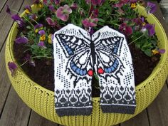 Ravelry: Swallowtail by Natalia Moreva Knitted Mittens Pattern, Knitted Gloves, Knitting Socks, Knitting Patterns Free, Knit Patterns, Free Knitting, Knitting Videos, Knitting Projects, Yarn Tail