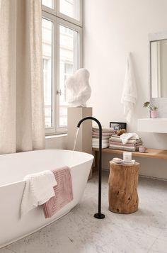 Badrum med marmorgolv och svart kran. Piedestal och beige gardiner. H&M Home vårkollektion 2018.