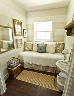 Cuando vives en un minipiso tienes que ingeniártelas para aprovechar todo el espacio pero a la vez estar cómodo. En el caso de la zona de dormir, dependiendo de la forma que tenga el estudio o el dormitorio (si está separado) puedes optar por diferentes soluciones: apr