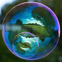 Richard Heeks é um obcedado por reflexos. Certo dia percebeu como o reflexo da paisagem em uma bolha de sabão pode ser belo e poético. Confira algumas das imagens dessa série incrivelmente hipnotiz…