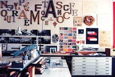 作品中でも、まるでディズニーランドみたいといわれるイームズのデザインオフィス。機能的でありながらアートな空間はイームズの魂を表わしています。