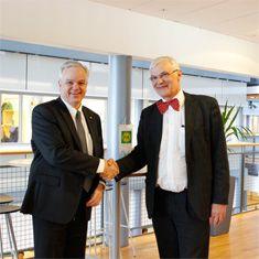 – Vår viktigste oppgave er å sikre våre eieres økonomi på kort og lang sikt. Ved valg av leverandør har vi lagt vekt på å finne et system som er enklere å integrere med nye tjenester og løsninger. Målet er å bli mer effektive og å utnytte ressursene bedre, slik at vi står bedre rustet til å møte fremtidens behov, sier konsernsjef John Arne Ulvan. - Dette er en av de aller største og viktigste kontraktene Infor Norge har signert det siste tiåret, bekrefter administrerende direktør Einar…