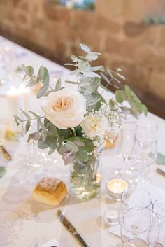 Floral Wedding Centerpieces Planning and Tips - Love It All Simple Wedding Centerpieces, Wedding Table Decorations, Floral Centerpieces, Eucalyptus Centerpiece, Wedding Cake Fresh Flowers, Bridal Flowers, Wedding Bouquets, Gold Wedding, Floral Wedding