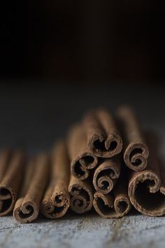cinnamon sticks I think this is an interesting photo. Although it is only a simple picture of cinnamon sticks, I find their curly shape so intriguing and appealing to they eye. Food Styling, Cinnamon Health Benefits, Dark Food Photography, Korean Photography, Photography Tricks, Photography Camera, Fotografia Tutorial, Macro Meals, Tips & Tricks