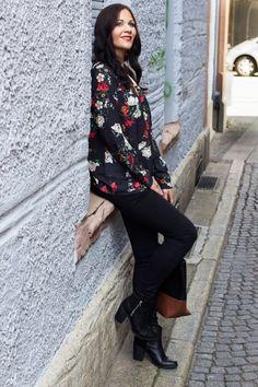 Jessika von http://www.kleidermaedchen.de/ kombiniert schlichte Stiefeletten mit einer aufregenden Blumenbluse.