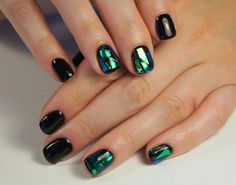 Битое стекло на ногтях на черном лаке