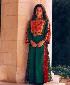 The traditional dress of #Jordan, ergo an example of folkloric Arabic dress. This #thobe was photographed worn by HRH Princess Haya of Jordan.