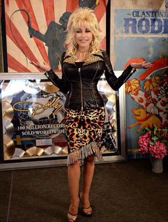 Dolly in all of her plastic splendor! Country Music Artists, Country Music Stars, Celebrity Singers, Female Singers, Dumb Blonde Jokes, Dolly Parton Pictures, Celebrities In Stockings, Olivia Newton John, American Singers