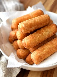 Una torre de ricos tequeños Finger Foods, Ethnic Recipes, Tasty Food Recipes, Snacks, Rook, Salud, Finger Food