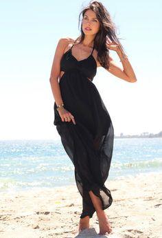 Vestido negro en playa