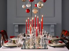 Lovely table setting for the holidays!  http://freshome.com/christmas-decorating-ideas/