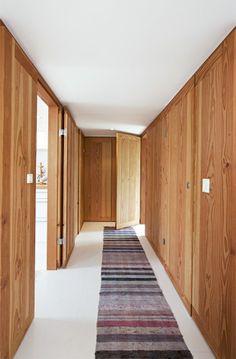 De effektfulde trævægge og døre er udført i Douglasgran, egentligt beregnet til gulve, fra Dinesen for at give kontrast til de hvide gulve, vægge og loftflader