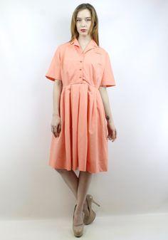 Das Element: Vintage 50er Jahre Lachs Tag SHIRTDRESS. -Buttons up Büste. Metall Reißverschluss und Rock. Schnappen Sie Schaltflächen nach Taille. Faux linken Brusttasche. Zu beachten: die Schaltfläche ganz obere fehlt, und der Preis entsprechend reduziert. Accessoires sind nicht im Preis inbegriffen. Wir haben nur Liebe, Liebe, Liebe, die dieses Kleid & wir wissen, dass Sie auch werden! Bitte beachten Sie: Unser Modell ist 59 & trägt normalerweise eine 3 in Jeans oder einem Kleid Grö...