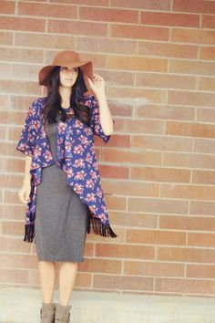 Love fall florals and this Lularoe Monroe kimono is perfect over this grey Lularoe t-shirt Julia dress with a felt hat.
