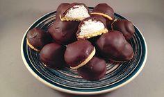 Negerzoenen, negerzoen, schuimzoen, chocoladezoen (Nederland) of negerinnentet (Vlaanderen)