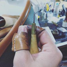 今夜もTHE BLUE HEARTS の『終わらない歌』が頭ん中でヘビーローテーションです…  #ここは手縫い #ラッパって凄いんだろうなぁ〜 #一度睡魔に負けそうになりました #今回は #カタチになればそれでいい #革 #革細工 #leather #leatherwork  #明日は路面に注意を
