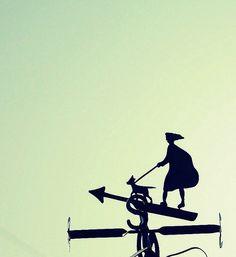Mujer, perro y viento. Necochea, Buenos Aires.