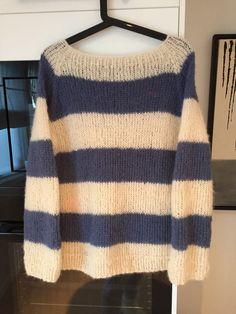 Nok en Acne genser denne gangen i fargene offwhite og jeansblå i garnet fra Drops Alpaca blushed silk  Oppskriften finnes gratis på nett Drops Alpaca, Alpacas, Pullover, Sweaters, Fashion, Threading, Moda, La Mode, Sweater