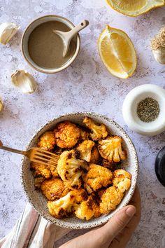 Κουνουπίδι ψητό στο φούρνο με πάπρικα και dip ταχίνι: νηστίσιμο, υγιεινό και εθιστικό! (vegan) – Food Junkie not junk food Roasted Cauliflower, Tahini, Junk Food, Meals, Vegan, Ethnic Recipes, Meal, Vegans, Yemek