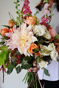 Eine große Dahlienblüte als Blickfang im Bouquet. #tollwasblumenmachen