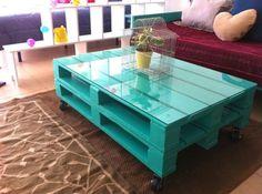 Table basse palette colorée avec plateau en verre et roulettes