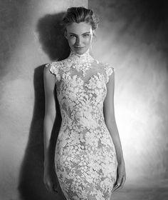 NIKOL - Vestido de novia sirena con cuello alto y manga corta | Pronovias