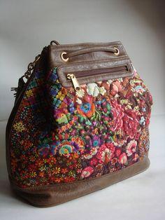 Bolsa feita com tecido de algodão quiltada e detalhes em couro ecológico. Possui duas alças, uma transversal e outra de ombro. Bolsos com zíper na parte de trás e internamente