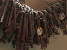 keys! Antique Keys, Vintage Keys, Antique Metal, Under Lock And Key, Key Lock, Rubeus Hagrid, Hp Harry Potter, Light Film, Old Keys
