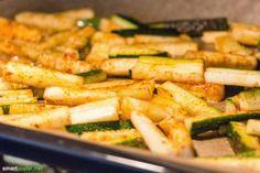 Knusprig wie Pommes Frites und genauso lecker, dafür aber arm an Kohlenhydraten - Probiere doch mal Zucchini-Pommes!