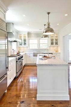 une jolie cuisine blanche avec sol en parquet clair et plafond blanc