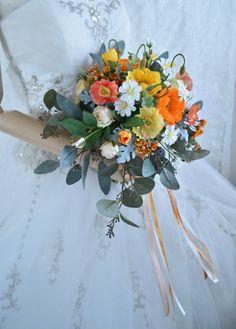 オレンジとイエローのポピーとバラのナチュラルクラッチブーケ。すべて造花です。 Silk Flower Bouquets, Silk Flowers, Floral Wreath, Wreaths, Table Decorations, Flowers, Floral Crown, Door Wreaths, Deco Mesh Wreaths