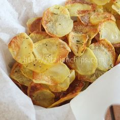 These baked potato chips are really irresistible and I can tell you in advance that you'll never prepare enough of them. Your family and friends will always ask for more. No Bake Snacks, Yummy Snacks, Healthy Snacks, Snack Recipes, Cooking Recipes, Yummy Food, Snacks Kids, Cooking Tips, Potato Chips