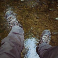 Überlege ob ich #Wanderschuhe ausziehen soll ... . . . #hiking #outdoors #creek #refreshing #sitting #bridge #relaxing