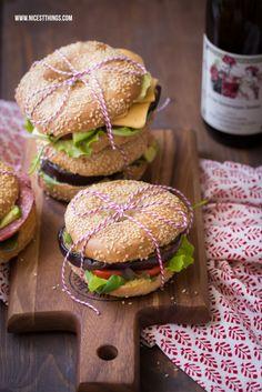Bagels mit Avocado, gegrillter Aubergine und Hummus