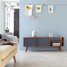 Découvrez ce meuble TV en bois de palissandre de la marque Tikamoon.Succombez sous le du design scandinave vintage de ce meuble pour un style nordique et contemporain.Sa teinte wengé et gris apportera à votre intérieur un esprit chaleureux et cosy.Il dispose de 2 niches qui vous permettront de ranger tous vos objets nécessaires.Le sheesham est un bois massif au dessin chamarré, appelé également palissandre des Indes ces éventuelles irrégularités sont gage de son authenticité.Informations…