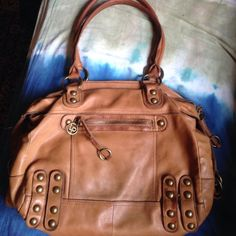 🌞Soft Italian Linea Pelle Satchel! 🌞Beautiful leather Italian handbag is soft as butter!! No tears, all zippers work great & inside lining perfect. This bag has been used so several spots where the leather is worn or there are small water marks or other age marks. Vintage patina just adds to character of this quality bag. Linea Pelle Bags Satchels
