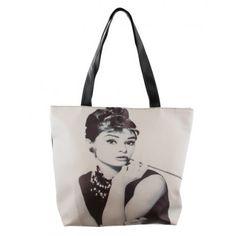 Een superleuke tas van Audrey Hepburn. De tas is van PVC, dus je kan hem gewoon afwassen als je hem vuilgemaakt hebt. De afmetingen zijn 43 cm x 13 cm x 40 cm. Meteen een leuk cadeau-ideetje voor die jarige Audrey-fan
