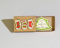 Liebe Weihnachtskarte - Weihnachtssocken Dieses Angebot ist für einen Urlaub Weihnachten Gruß Streichholzschachtel. Jede Grußkarte Streichholzschachtel wird von Hand aus einer echten Streichholzschachtel und eignen sich hervorragend zum Senden von Nachrichten an Ihre Freunde und lieben.