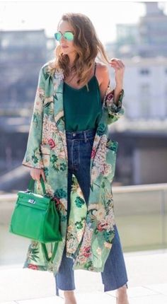 Refreshing look in this lime kimono outfit matches perfectly with the denim. Gorgeous via . Look Kimono, Style Kimono, Kimono Outfit, Kimono Cardigan, Kimono Fashion, Look Fashion, Fashion Outfits, Fashion Trends, Kimono Floral