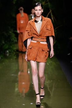 The complete Balmain Spring 2017 Ready-to-Wear fashion show now on Vogue Runway. Fall Fashion 2016, Fashion 2017, Fashion Show, Womens Fashion, Paris Fashion, Balmain, Vogue Paris, Moda Paris, Catwalk Fashion