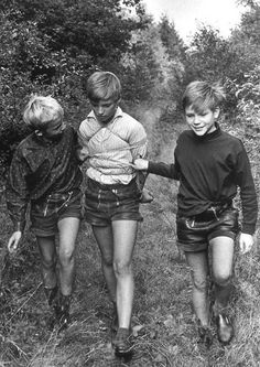 Vintage three boys in lederhosen Young Cute Boys, Cute Teenage Boys, Vintage Boys, Vintage Children, Cute Boy Hairstyles, Les Scouts, Jung In, Kids Photography Boys, School Boy