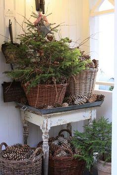 Leuk brocante kerstsfeertje met keline kerstboompjes stoere manden en een mooi oud brocante tafeltje. Kijk voor manden en mooie verweerde tafeltjes bij www.old-basics.nl