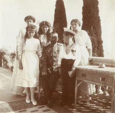 Emperor Nicholas II cercado por ses filhos, as Grand Duchesses Anastasia Nikolaevna, Marie Nikolaevna, Tatiana Nikolaevna e Olga Nikolaevna, e o Tsarevich Alexei Nikolaevich, em Livadia Palace, em 21 de outubro de 1913.